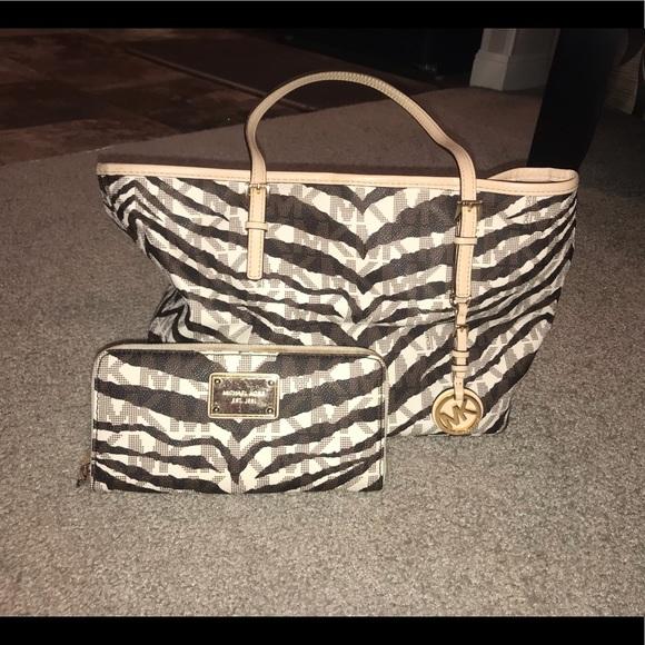 2061931b08ea8e Michael Kors purse and matching wallet. M_5cb9b2db26219fbb2675ab00